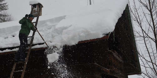 Regierung ordnet an: Hausbesitzer müssen Dächer vom Schnee befreien
