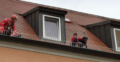Rettung in luftiger Höhe: Feuerwehr rettet Hund und 12-Jährigen vom Dach