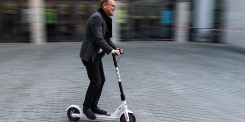Einmalige Premiere in Bayern: E-Roller dürfen auf der Straße fahren