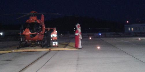 Kommt der Nikolaus geflogen – Rettungshubschrauber bringt Bischof im roten Gewand