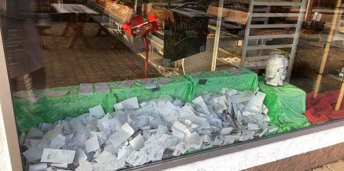 Zettelflut im Schaufenster: Ansbacher Bäckerei zeigt Folgen der Bonpflicht