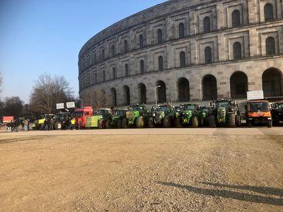 Bauern-Demo in Nürnberg: Bauern mit kreativen Schildern machen Ärger Luft