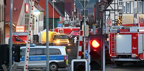 Auto rast in Karnevalsumzug in Hessen: Verdächtiger in U-Haft wegen Mordversuchs