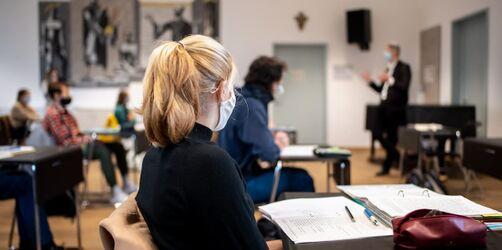 Steigende Corona-Zahlen: Lehrerverband warnt vor vierter Welle