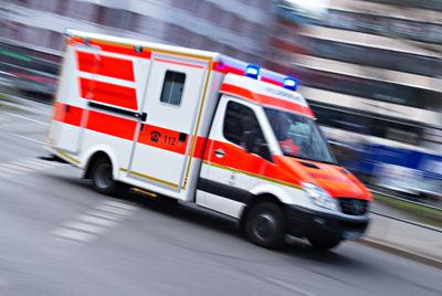 Großeinsatz in Waldkraiburg: Auto in Innkanal gestürzt