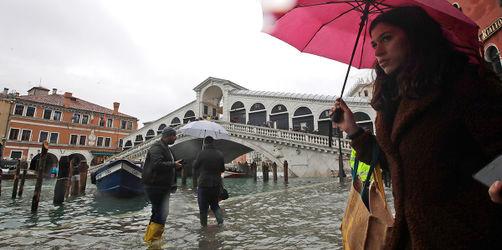 Venedig kurz vor Rekord-Hochwasser: Stadt der Brücken komplett überflutet