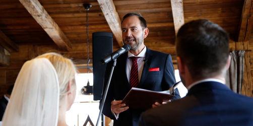 Vom Moderator zum Trauredner: Stefan Meixner rettet Winter-Hochzeit