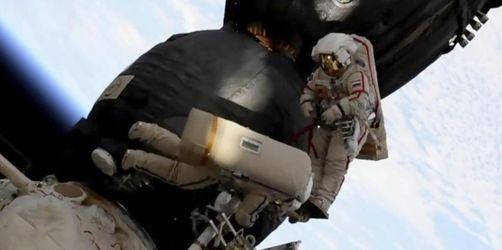Kosmonauten überprüfen bei ISS-Außeneinsatz mysteriöses Loch