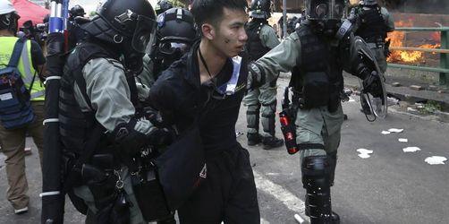 Hongkong: 100 Aktivisten verbarrikadieren sich weiter in Uni