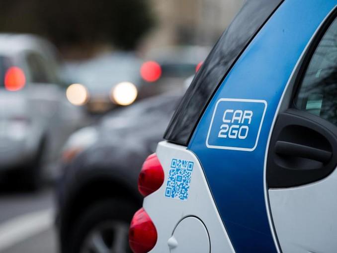 Ein Smart des Carsharing-Unternehmens Car2go steht am Straßenrand. /Archiv