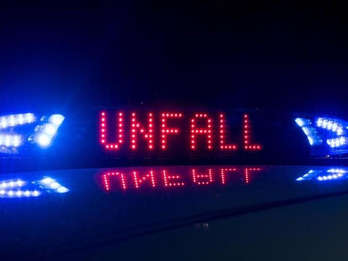Das Blaulicht auf einem Fahrzeug der Polizei leuchtet in der Dunkelheit, auf dem Display ist der Hinweis «Unfall» zu lesen. /Archiv