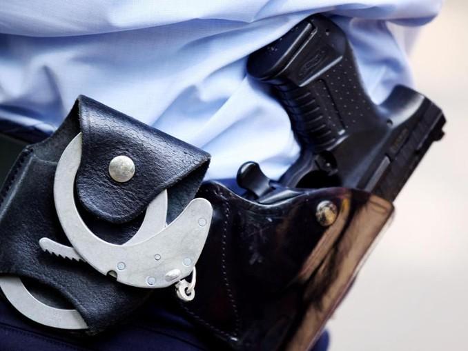 Beamte sichern Feuerwerkskörper in einem Spezialbehälter. Foto:Kay-Helge Hercher