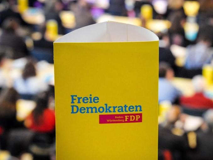 Das Logo der Partei FDP ist auf einem Pappaufsteller zu sehen. /Archiv