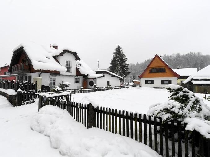 Schnee liegt auf den Häusern und den Gärten einer Siedlung in Traunstein. Tobias Hase/Archiv