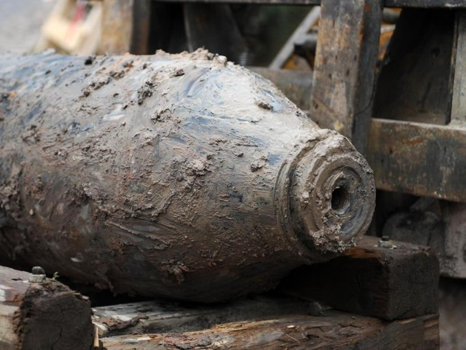 Eine entschärfte amerikanische Fliegerbombe wird abtransportiert. /Archiv