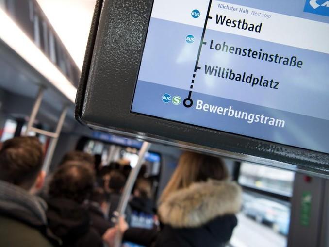 Bewerber für den Beruf als Fahrer für U-Bahn, Bus oder Tram stehen in der Bewerbungstram der Münchner Verkehrsgesellschaft (MVG).