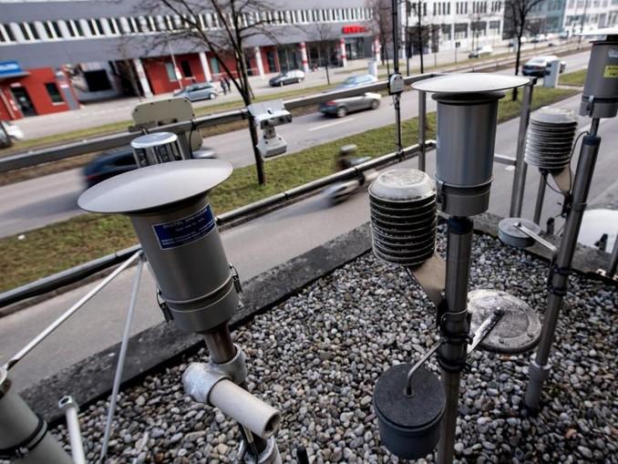 Verschiedene Messgeräte sind auf dem Dach einer Luftmessstation installiert. /Archiv