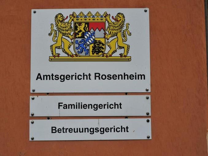 """Drei Schilder: """"Amtsgericht Rosenheim"""", """"Familiengericht"""" und """"Betreuungsgericht"""" hängen an einer Wand. /Archiv"""