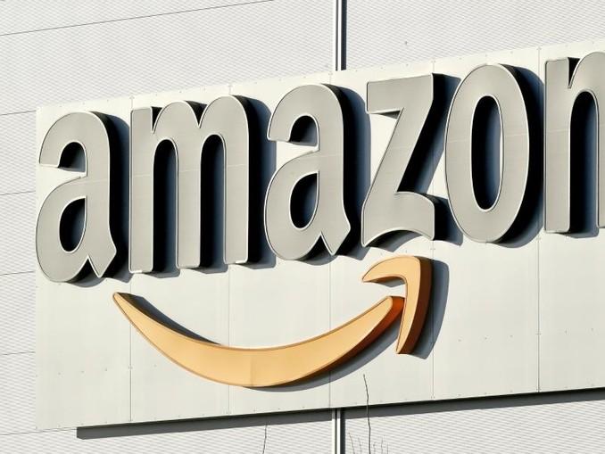Logo und Schriftzug von Amazon an einem Paketzentrum des Online-Händlers. /Archiv