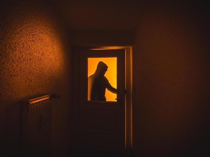 Ein Einbrecher verschafft sich Zutritt zu einer Wohnung. /Archiv