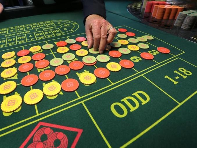 Ein Mitarbeiter der Spielbank Lindau setzt Jettons auf einen Roulette-Tisch. /Archiv