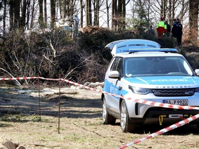Polizeibeamte durchsuchen eine Fläche an einem Waldrand bei Flossenbürg. /Archivbild