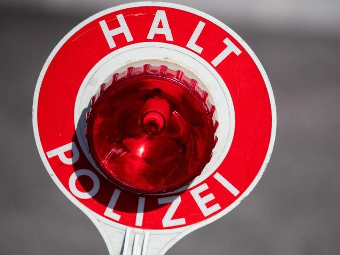 """""""Halt Polizei"""" steht auf einer Polizeikelle. /Archiv"""