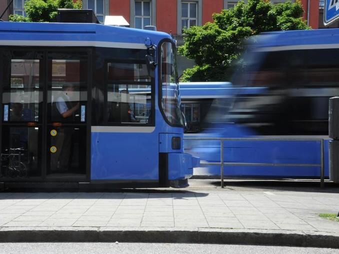 Eine Trambahn fährt am Hauptbahnhof an einer anderen Trambahn vorbei. /Archivbild