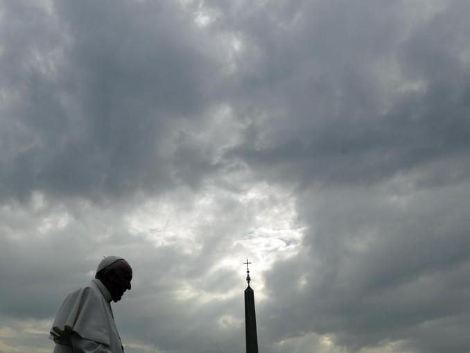 Papst Franziskus zeichnet sich vor einem bewölkten Himmel ab. /AP/Archivbild