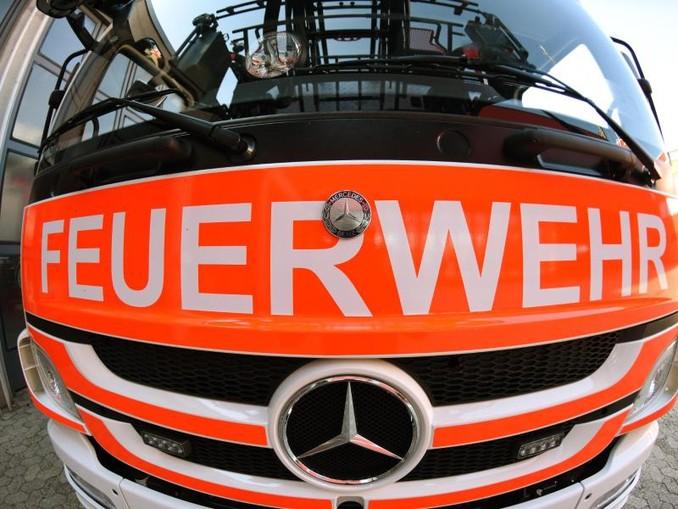 Ein Blick auf die Front eines Einsatzwagens der Feuerwehr.Foto:PatrickSeeger/Archivbild