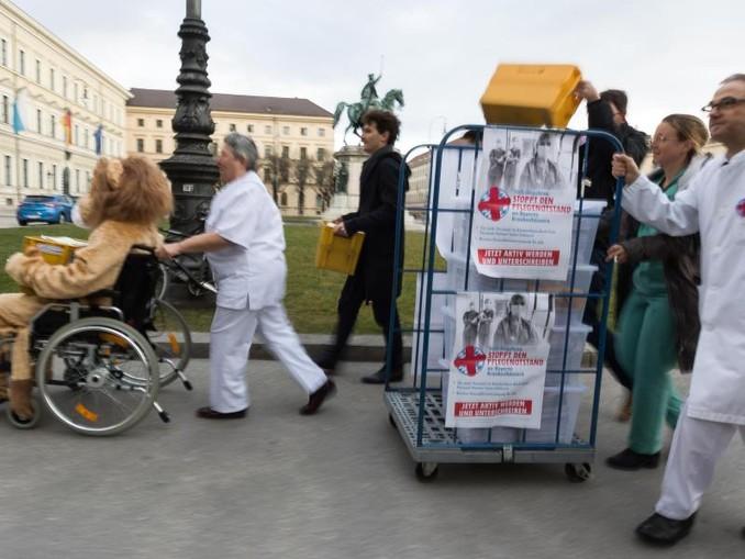 Organisatoren des Volksbegehren Pflegenotstand gehen mit gesammelten Unterschriften zum Innenministeriumn. /Archivbild