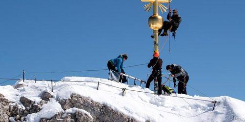 Schlosser reparieren Gipfelkreuz der Zugspitze