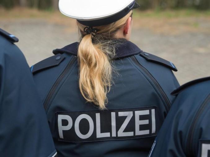 Auf der Jacke einer Auszubildenden ist der Schriftzug «Polizei» zu sehen. /Archiv
