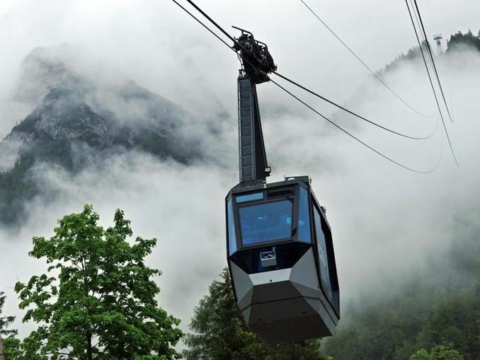 Die Karwendelbahn fährt im Nebel auf die 2244 Meter hohe Bergstation. /Archivbild
