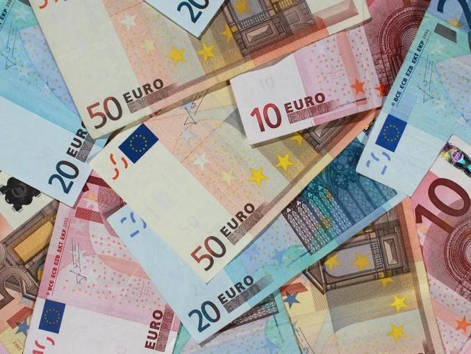 Verschiedene Euro-Banknoten sind zu sehen. /Archivbild