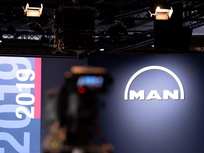 Eine Kamera ist vor Beginn der Hauptversammlung von MAN SE vor dem Podium zu sehen.