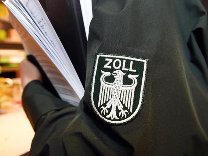 Auf der Jacke eines Zollbeamten ist das Logo des Zolls zu sehen. /Archivbild