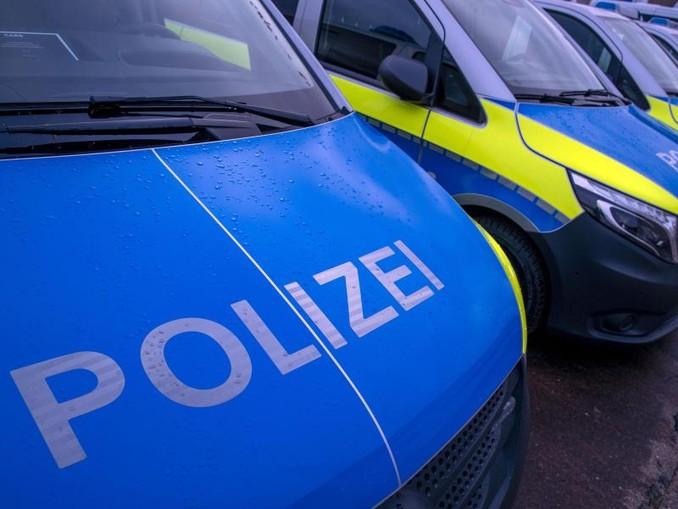 """Der reflektierende Schriftzug """"Polizei"""" ist auf einem Streifenwagen zu sehen. /Archivbild"""