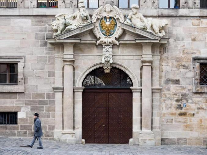 Ein Mann geht am Alten Rathaus in Nürnberg vorbei. /Archivbild