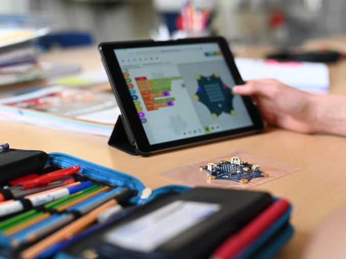 Ein Schüler einer zehnten Klasse programmiert mit seinem Tablet den Einplatinencomputer «Calliope mini». /Archivbild
