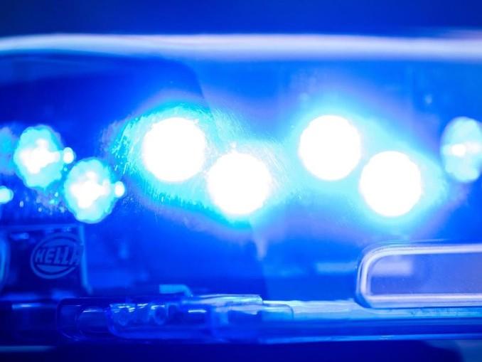 Ein Blaulicht leuchtet an einer Polizeistreife. /Archivbild