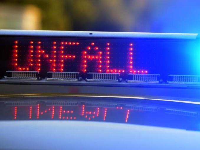 Auf einem Polizeifahrzeug warnt eine Leuchtschrift vor einer Unfallstelle. /Archivbild