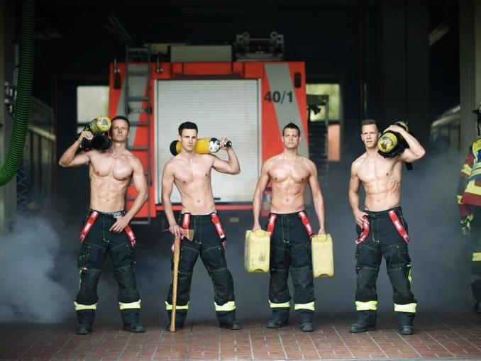 Feuerwehrmänner der Berufsfeuerwehr Würzburg auf einem Kalender. /Archivbild