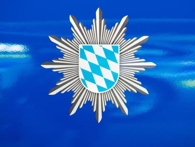 Das Wappen der bayerischen Polizei auf einem Dienstfahrzeug. /Archivbild