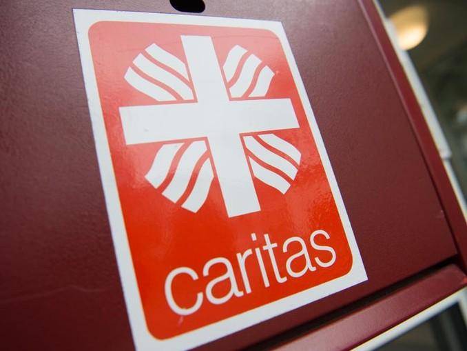 Auf einem Briefkasten im Seniorenzentrum ist das Logo der Caritas zu sehen. Foto:Christophe Gateau/Archivbild