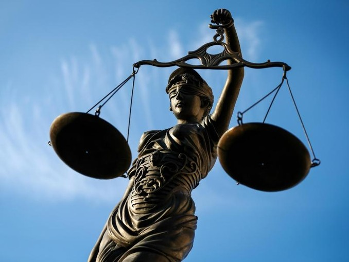 Eine Statue der Justitia hält eine Waage in ihrer Hand. /Archivbild
