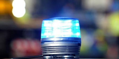 Feiernde bewerfen Polizisten mit Pflastersteinen