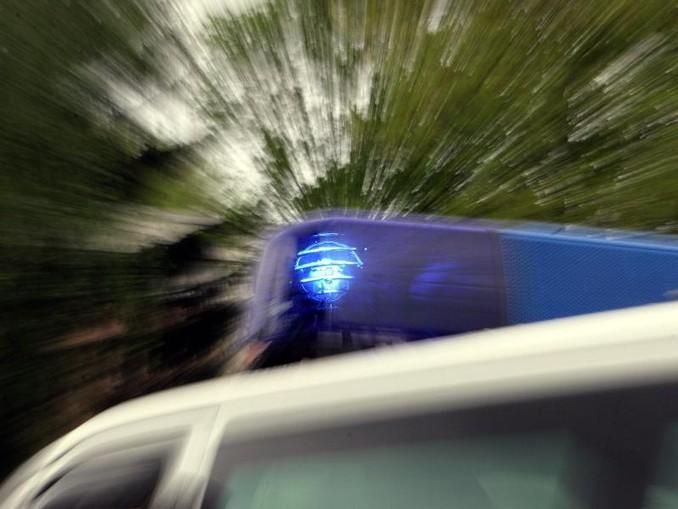 Das Blaulicht eines Polizei-Einsatzfahrzeuges leuchtet. /Archivbild