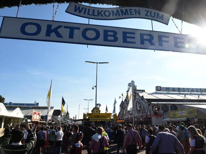 """Ein Schild mit der Aufschrift """"Willkommen zum Oktoberfest"""" hängt über dem Eingang zur Wiesn. /Archiv"""