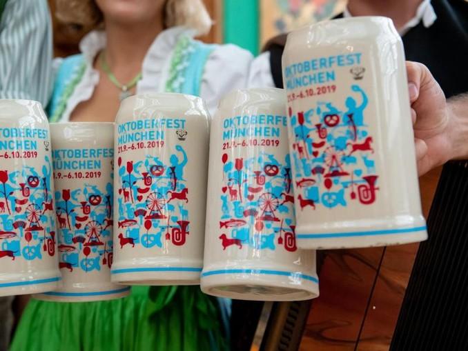 Bei der Vorstellung des offiziellen Wiesn-Maßkrugs 2019 stoßen Gäste mit dem neuen Maßkrug an. Foto:Sven Hoppe/Archiv